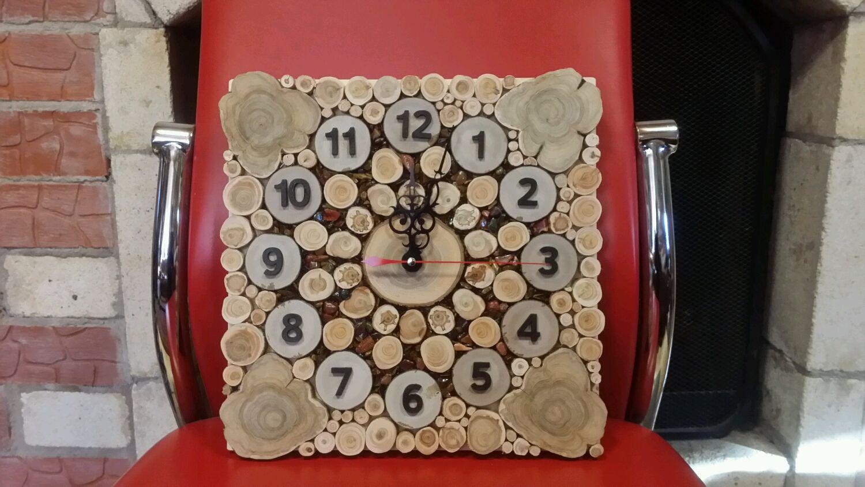 Часы изготовлены в виде солнца из кусочков кавказского можжевельника.