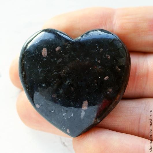 Натуральный нуумит в форме сердца