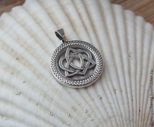 КЕЛЬТСКИЙ УЗЕЛ ЛЮБВИ - это объединение мужского и женского начала. Этот узел представляет собой союз двух душ, помогает влюбленным.  Оберег может быть выполнен в серебре, золоте или с позолотой.