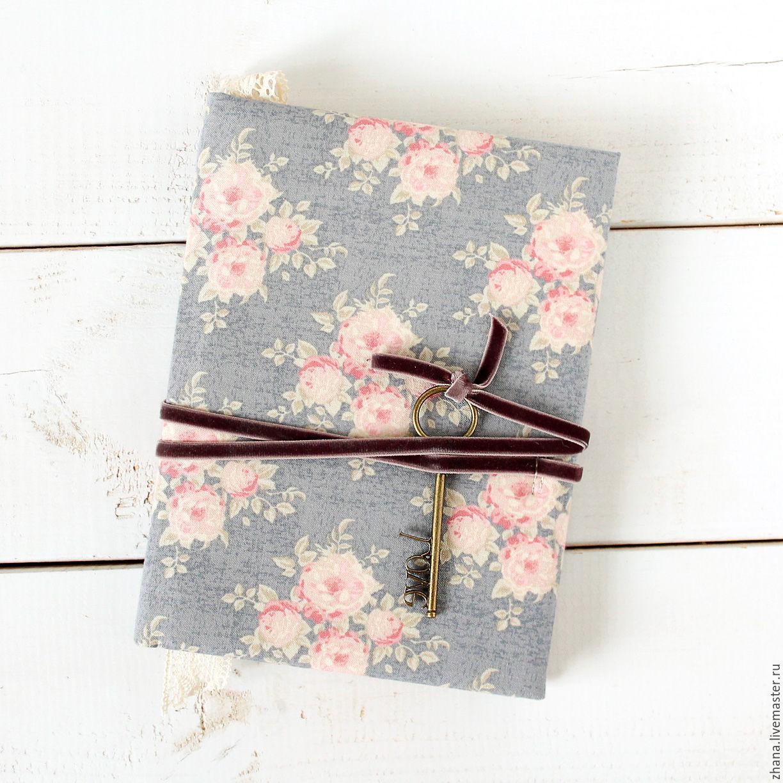 Блокнот-ежедневник `Думы` Блокнот в переплете размером 15*20 см (А5 формат) Мягкая обложка блокнота обтянута хлопком с винтажным цветочным принтом.