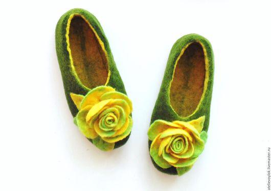 Обувь ручной работы. Ярмарка Мастеров - ручная работа. Купить Тапочки с жёлтыми розами.. Handmade. Зеленый, желтые розы