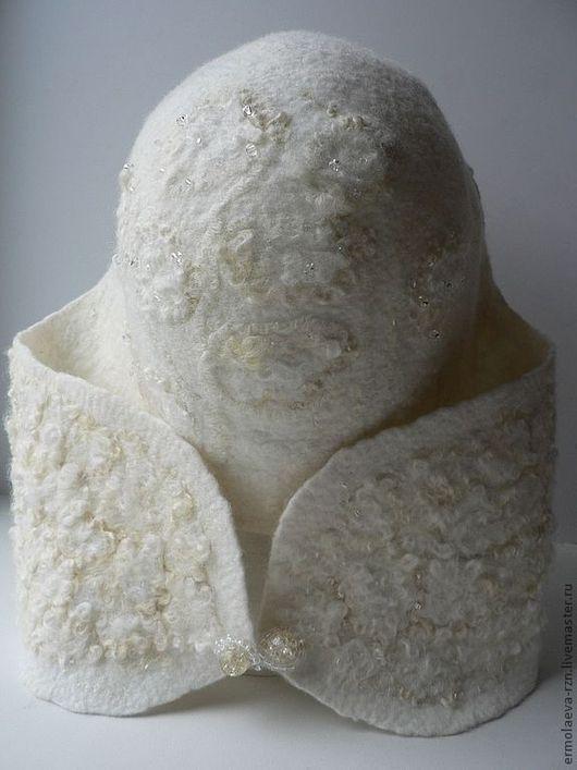 Валяная шапочка отделана кудрями и бисером