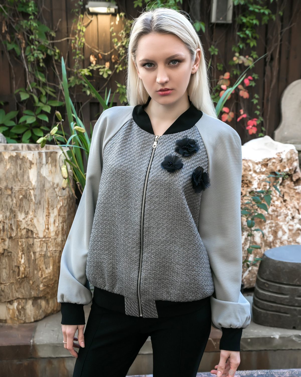 Wool bomber jacket with flowers brooch (detachable). Included are 3 brooches. In the presence of a bomber jacket with set-in sleeve and the Raglan sleeve as pictured. When ordering please clarify the