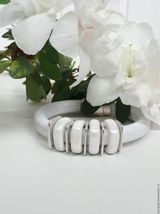 Браслеты ручной работы. Ярмарка Мастеров - ручная работа. Купить Белый браслет регализ с узкими керамическими бусинами. Handmade. Белый