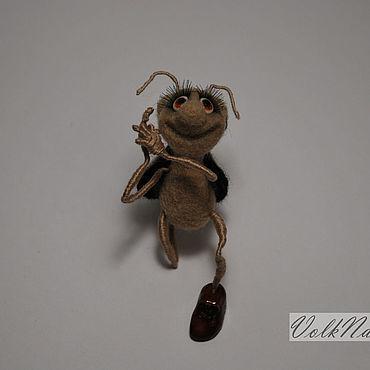 Миниатюрная валяная игрушка жук Поэт