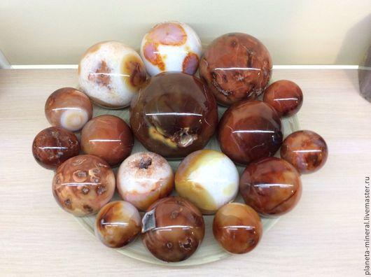 Очень яркие и красочные шары из коллекционного камня сердолика. В наличии имеются шары различных размеров, веса и оттенков. Цены варьируются в зависимости от веса и размеров.