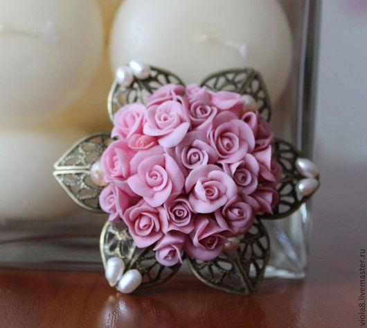 Брошь. Брошь с жемчугом. Брошь с розами. Брошь с цветами.,брошь цветок.,брошь жемчугцветы из полимерной глины,холодный фарфор,керамическая флористика,брошь цветок,цветочная брошь