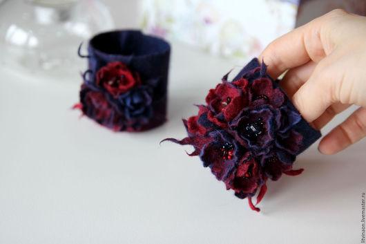 Синий шерстяной браслет с брошью-цветком ручной работы. Ярмарка мастеров - ручная работа. Handmade. Синий, темно-синий, бордовый, красный, марсала, войлочный браслет, купить.
