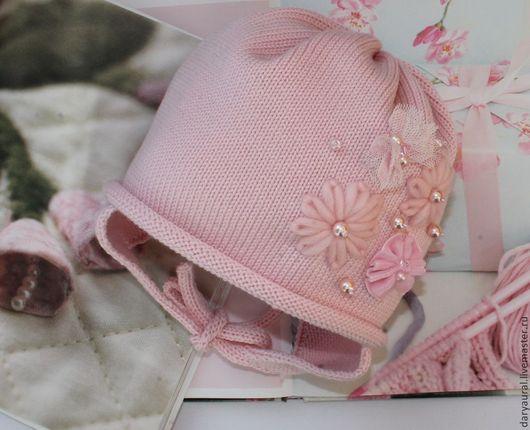Нежная, привлекательная шапочка нежно-розового цвета идеально подходит к одежде классического стиля.