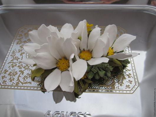 Заколка `Белая касмея`. Цветы выполнены из фоамирана. Каждый лепесток обработан и приклеен вручную. Заколка декорирована тычинками- бутоньерками. Крепление `длинная уточка`. Длина 11см ширина 8 см