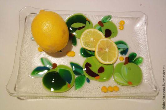 Оригинальное прямоугольное  блюдо для фруктов, сладостей, канапе, бутербродов. Лёгкое из-за прозрачности, радостно яркое. Яблочки с листочками выпуклые , объемные.