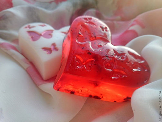Слева белое мыло с нанесенным сверху перламутром (195 руб.), справа - прозрачное с ягодками (155 руб.)