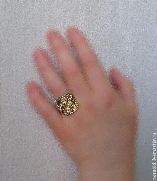 дневной свет без вспышки Эффектное крупное кольцо белого металла  от Inesse M со стразами Сваровски лимонно-желтого и желто-зеленого цветов.