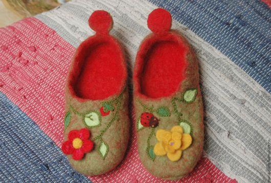 Обувь ручной работы. Ярмарка Мастеров - ручная работа. Купить тапочки из шерсти Цветы и божья коровка. Handmade. Тапочки для девочки