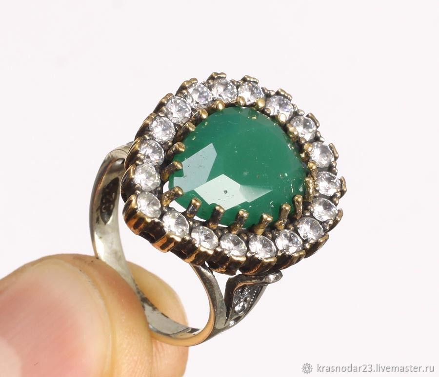 Ring style `Hürrem Sultan` of 925 SILVER with an antiqued finish (patina), decorated with chrysoprase framed by sparkling zircons