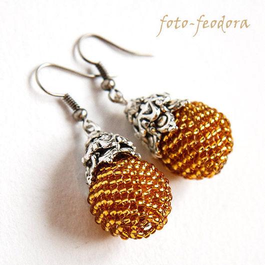 Золотые серьги из бусин, оплетенных бисером. Деревянные бусины оплетены качественным золотистым чешским бисером.  Выполнены эти желтые сережки из: бисера, металлической фурнитуры под серебро.