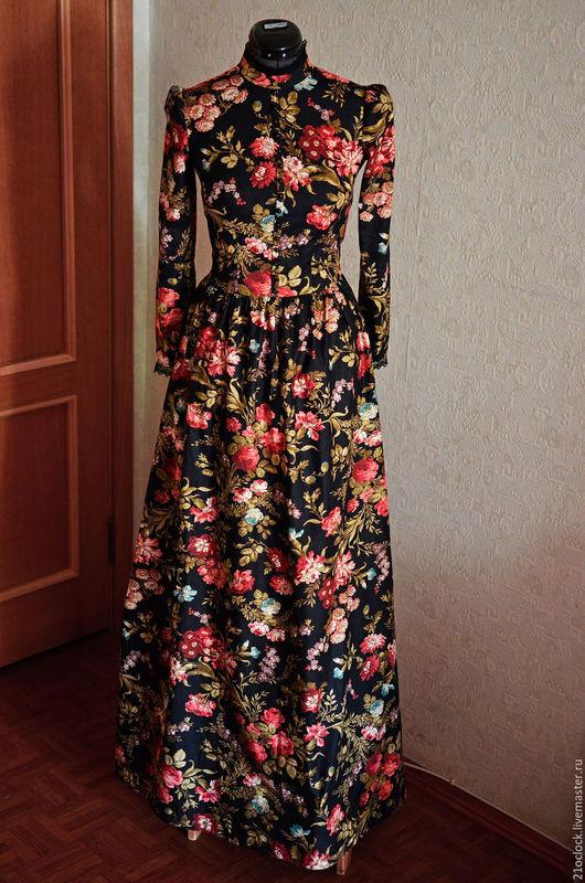 Женственное платье в пол из плотного хлопка с цветами. Платье украшено декоративными пуговицами спереди и на рукавах.  Воротник декорирован кружевом.