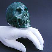 Большой череп.Халцедон с хлоритом.Резьба по камню
