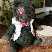 Бурый медвежонок в малине.
