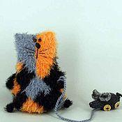 Куклы и игрушки ручной работы. Ярмарка Мастеров - ручная работа Трехцветная кошка с игрушечной мышкой. Handmade.
