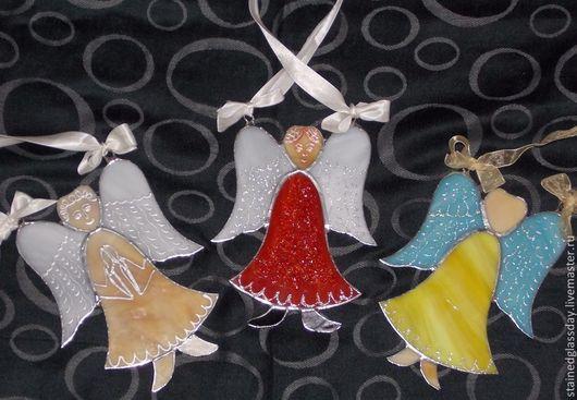 Витражная подвеска Ангел-хранитель\r\nцветное стекло, техника тиффани\r\nхудожник-витражист Екатерина Макарова