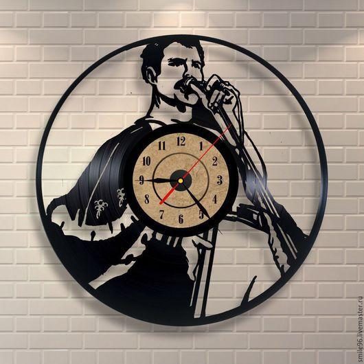 """Часы для дома ручной работы. Ярмарка Мастеров - ручная работа. Купить Часы из пластинки """"The Queen"""". Handmade. Разноцветный"""