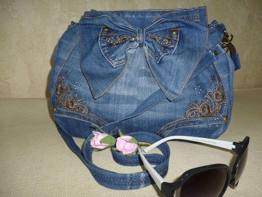 Сумочка джинсовая через плечо на тему джинсовые фантазии.Хорошее дополнение к джинсовому наряду. Вместительная и очень удобная.Яркая индивидуальность.