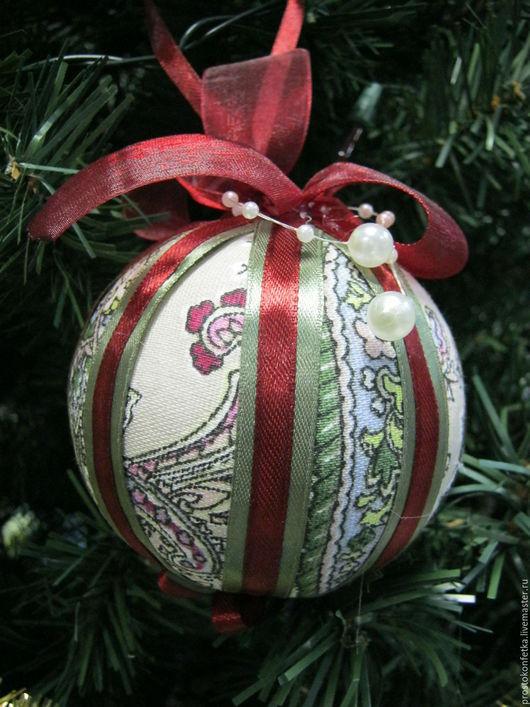 Новогодний елочный шарик, который можно повесить на елочку, а можно использовать при декорации интерьера - например, повесить в дверном проеме, использовать при украшении стен, составлении гирлянд, пр