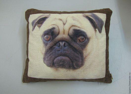 Диванная интерьерная подушка с изображением, собаки породы Мопс.