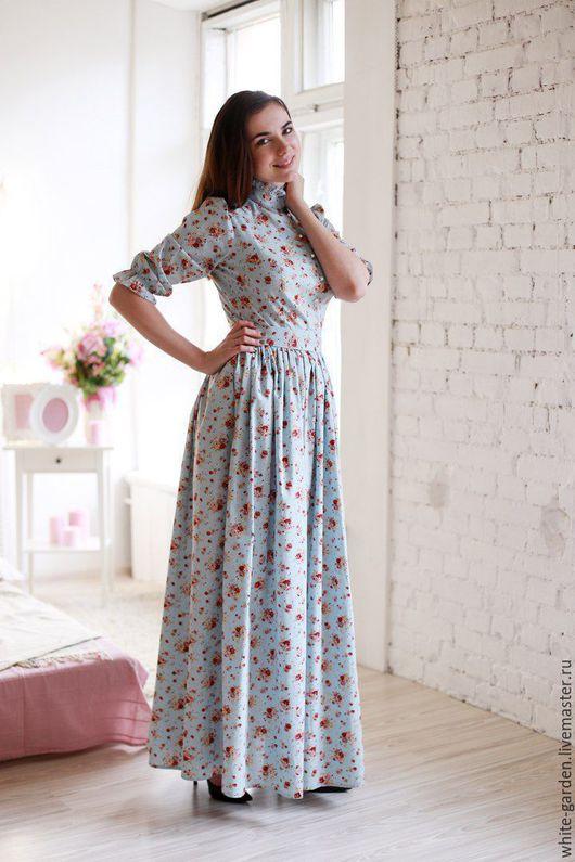 Невероятно женственное платье в пол из натурального 100% хлопка голубого цвета с рисунком в мелкий цветочек, юбка с кармашками, талия на резиночке, сверху прилагается поясок на пуговках. Платье сшито