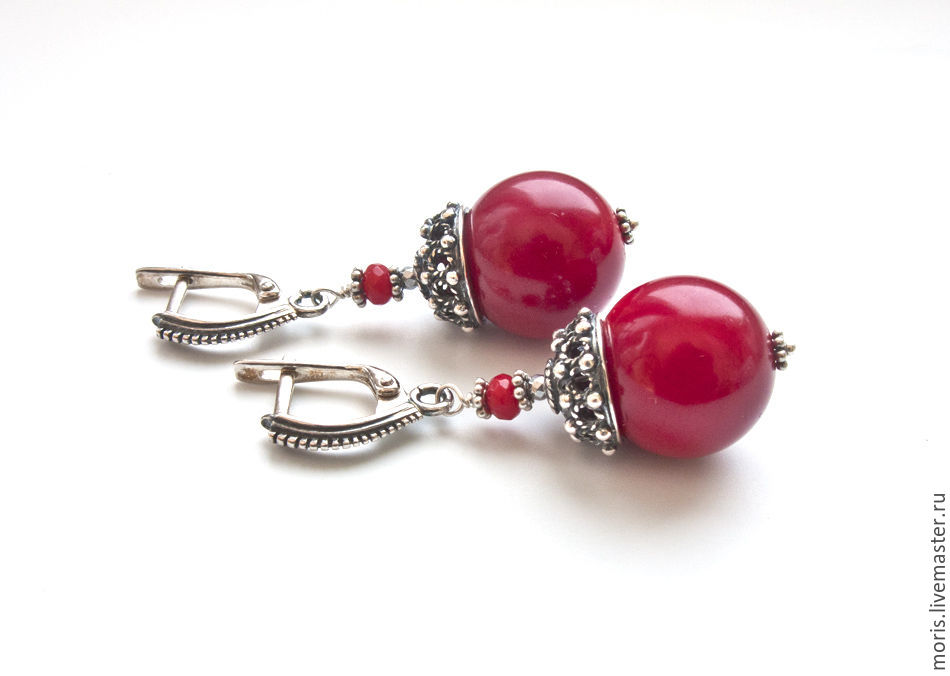 Серебряные серьги с кораллами красного цвета. Серьги из серебра с натуральными красными кораллами. Коралловые серьги из серебра. Красные коралловые серьги.
