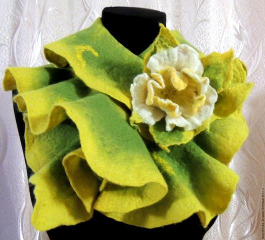 Валяный зеленый шарфик с брошью