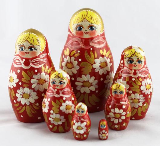 Матрешки ручной работы. Ярмарка Мастеров - ручная работа. Купить Красная матрешка с ромашками, традиционная деревянная кукла из 7 мест. Handmade.