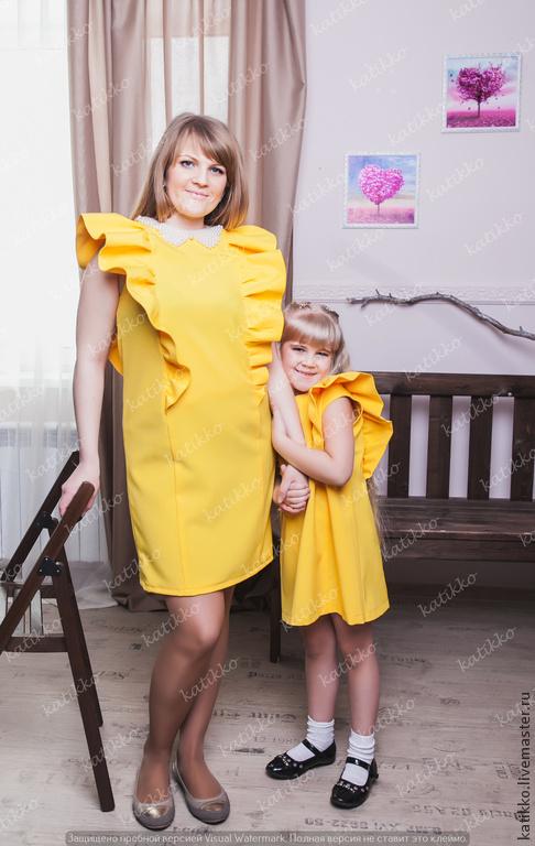 Комплект ярких, необычных платьев для мамы и дочки. Отлично подойдет для семейной вечеринки или для похода в парк. В этом наряде вы не останетесь незамеченными!