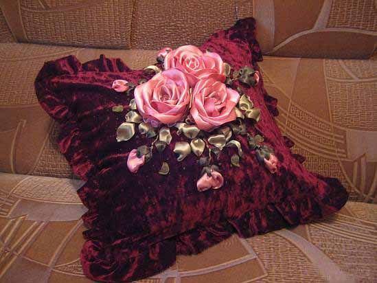 Вышивка лентами роз на подушке