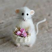 Куклы и игрушки ручной работы. Ярмарка Мастеров - ручная работа Коллекционная игрушка мышка с корзиной цветов. Handmade.