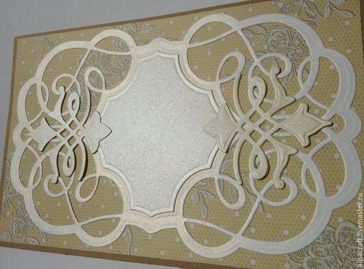 На этом фото бумага `Золотой иней` уже кажется золотистой (см.  фото выше) и темнее, чем центральное украшение из перламутровой бумаги слоновой кости.