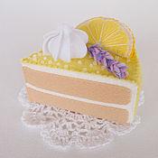 Кукольная еда ручной работы. Ярмарка Мастеров - ручная работа Игрушка торт из фетра Лимонный с лавандой. Handmade.