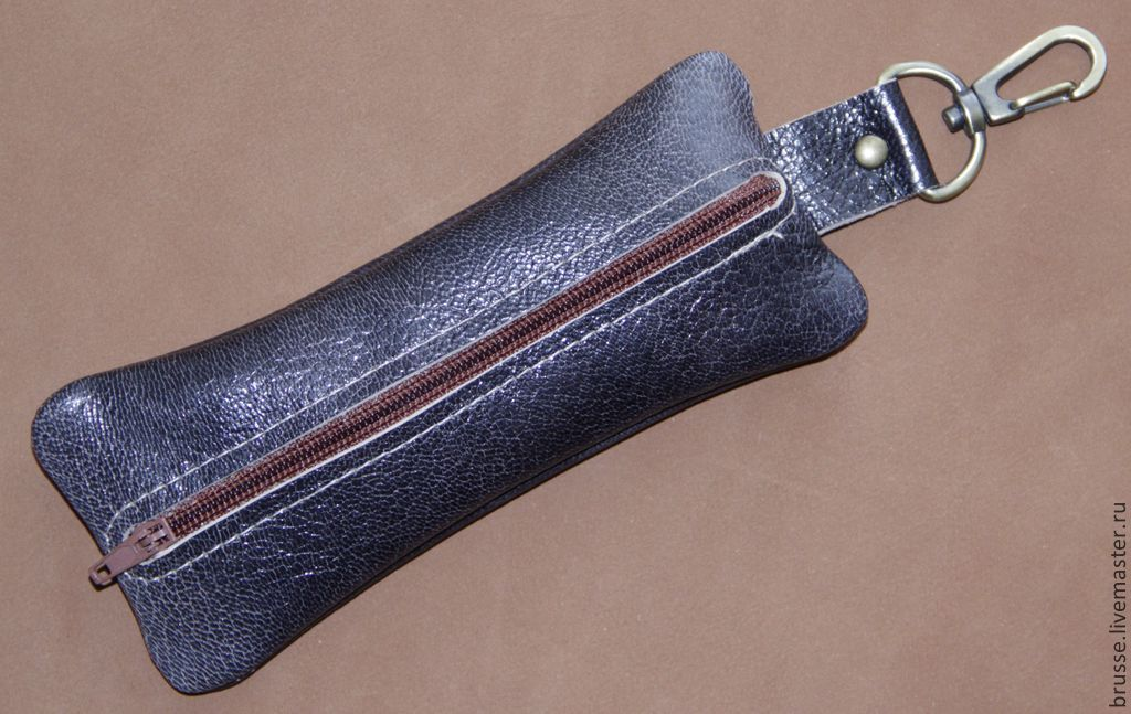 Redbag stylish key holder made of genuine leather with carabiner.