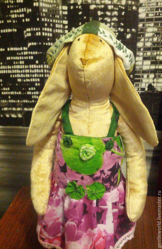 Забавная крольчиха в платье с сиренью  украшено цветами в стиле `бохо`.