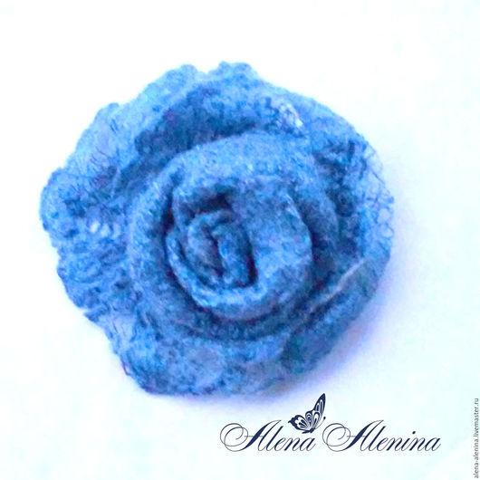 Войлочная брошь `Голубая роза`