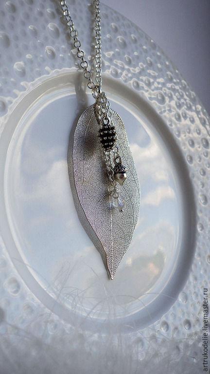 Кулон Зимний лес. Скелетированный металлизированный лист, желудь, шишка, стеклянная капля цвета античного серебра.