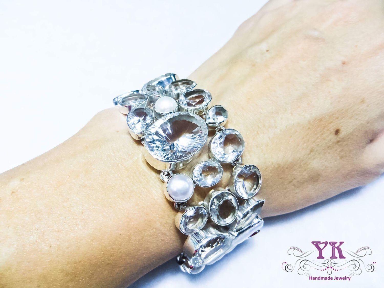 Стильный и эффектный браслет из серебра, горного хрусталя и жемчуга