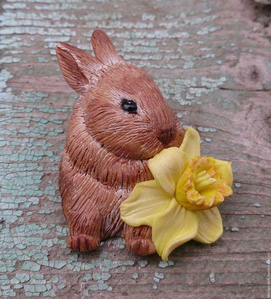 """Броши ручной работы. Ярмарка Мастеров - ручная работа. Купить Брошь из полимерной глины """"Кролик с нарциссом""""- магнит, зайчик, зайка. Handmade."""