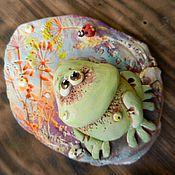 """Сувениры и подарки ручной работы. Ярмарка Мастеров - ручная работа """"Лягух разнообразный"""" , керамический магнит. Handmade."""