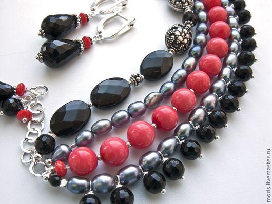 Коралловый браслет с жемчугом и серебром. Многорядный браслет из натуральных кораллов розового цвета, серебристо- серого натурального жемчуга, черного  оникса, весь металл - серебро.
