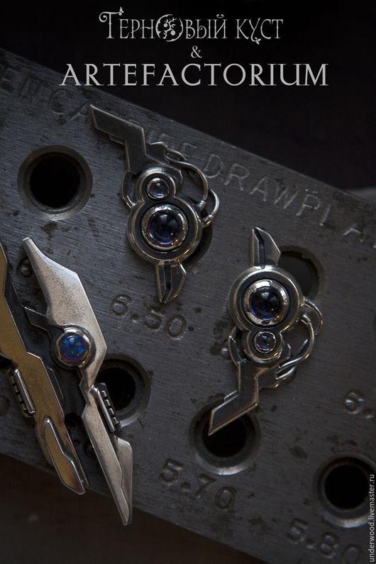 Серебряные серьги Transmitter с дизайном футуристических устройств в стиле кибер-панк.