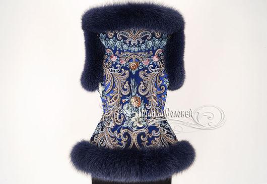 Авторский жилет с отстегивающимся капюшоном, из павлопосадского платка (100% шерсть). Отделка - натуральный мех финского песца синего цвета. Капюшон отстегивается.