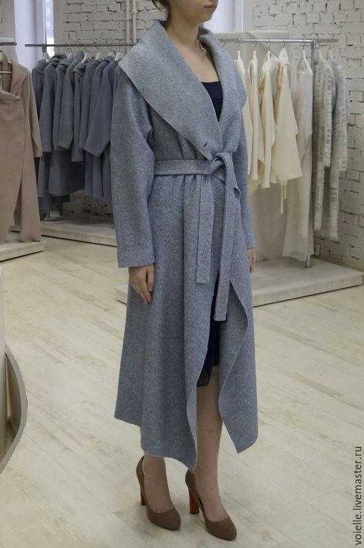 потрясающе стильное благородное пальто, холодный голубой цвет, пальто под пояс, идет как высоким девушкам так и невысокого роста, пальто легкое на весну без подкладки с поясом приталенное шикарное