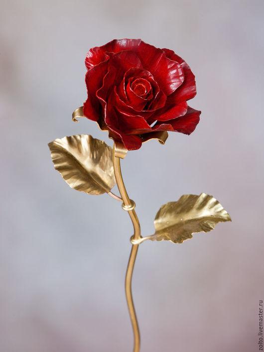 Красная кованая роза из латуни